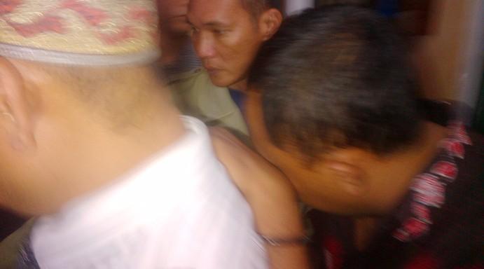 Tersangka Korupsi Pembangunan Kantor Camat Bukit Bestari usai diperiksa penyidik Kejari Tanjungpinang. Foto NOVENDRA