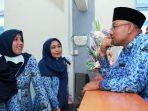 Wali Kota Tanjungpinang, Lis Darmansyah saat berbincang bersama pegawai Puskesmas Pancur