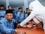 Wali Kota Tanjungpinang, Lis Darmansyah saat cek tensi