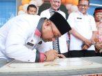 Wali Kota Tanjungpinang, Lis Darmansyah saat menandatangi batu Prasti Puskesmas Batu 10