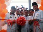 Wali Kota dan Wakil Wali Kota Tanjungpinang, saat hendak memotong pita peresmian Puskesmas Batu 10