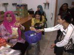 Anggota Komisi II DPRD Kota Tanjungpinang, Rahma saat menunjukan kemasan makanan expired
