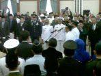 Gubernur Kepri, H.M. Sani saat melantik Rudi dan Amsakar. Foto RUDI