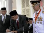 Gubernur Kepri, H.M. Sani saat menyaksikan Pj. Gubernur Kepri, Nuryanto melakukan tandatangan