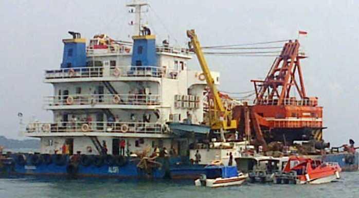 Kapal pengambil besi yang ditangkap warga Lingga. Foto RUDI