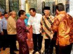 Ketua DPRD Kepri, Jumaga Nadeak memberikan selamat kepada Sani - Nurdin
