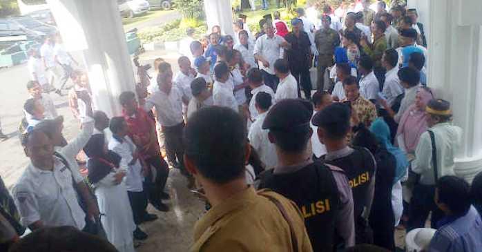 Ratrusan massa pendukung Rudi saat berada di halaman Gedung Daerah. Foto RUDI