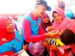 Wakil Wali Kota Tanjungpinang, Syahrul saat memberikan Imunisasi kepada Balita