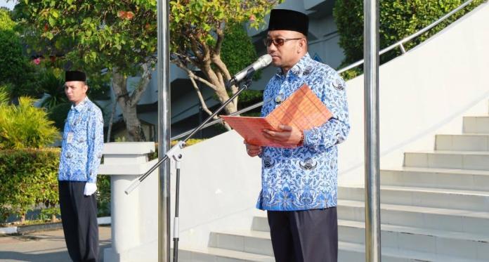 Wali Kota Tanjungpinang, Lis Darmansyah SH saat pimpin upacara