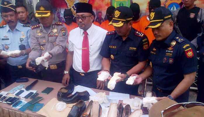 Wali Kota Tanjungpinang, Lis Darmansyah saat ekspos penyelundupan sabu. Foto RUDI