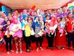 Wali Kota Tanjungpinang, Lis Darmansyah saat foto bersama dengan masyarakat peserta PIN Polio