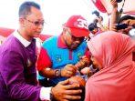 Wali Kota Tanjungpinang, Lis Darmansyah saat memberikan Imunisasi kepada Balita