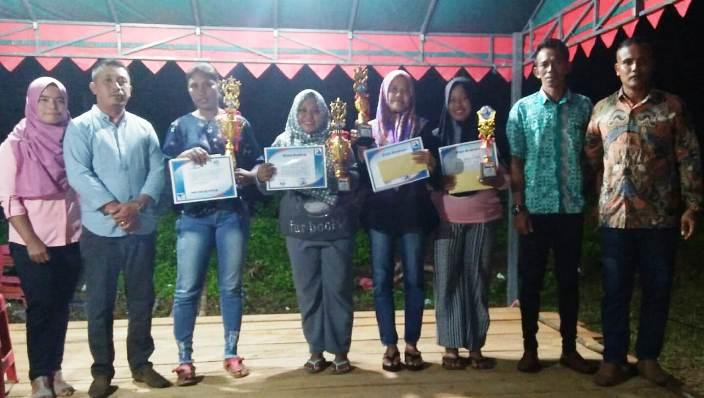 Foto Bersama Usai Penyerahan Piala Futsal Putri Kampung Bentai