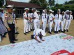 Kanit Dikyasa, Iptu Edison saat menyaksikan penandatanganan tanda dukungan oleh siswa/siswi SMK Maritim