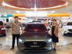 Direktur Slea Marketing dan PR PT EMI, Ricky Thio dan Brand Manager Mazda Batam, Jeni memperkenalkan All New Mazda 3 di Atrium Mega Mall Batam. Foto Tengku Bayu
