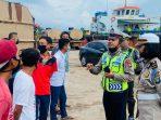 Kanit Patroli Satlantas Polres Bintan saat memberikan imbauan ke supir lori atau truck tanki air di Pelabuhan Kijang