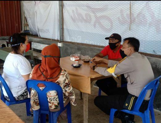 Bhabinkamtibmas Kelurahan Kawal saat sosialisasi ke warga masyarakat terkait pentingnya mengindahkan protokol kesehatan di masa pandemi Covid-19