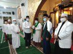Gubernur Kepri Isdianto saat memberikan suplemen madu murni ke Imam Masjid As-Sahl Kp Wonosari Kelurahan Batu IX, Imam Syafii
