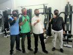 Kepala Dinas Pemuda dan Olahraga Tanjungpinang, Agustiawarman Foto Bersama Stafnya Usai Meninjau Peralatan di DC. Foto Alpian Tanjung
