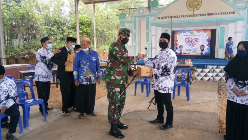 Dandim 0315/Bintan Kolonel Inf I Gusti Ketut Artasuyasa saat menyerahkan bantuan ke Pengurus Ponpes Modern Al-Kautsar KH Supeno