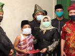 Plt Walikota Tanjungpinang, Rahma Menyerahkan Bantuan kepada salah satu anak