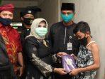 Plt Walikota Tanjungpinang, Rahma Menyerahkan Bantuan usai khitanan