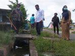 Wakil Ketua II DPRD Kota Tanjungpinang, Hendra Jaya Saat Meninjau Drainase Warga Yang Tersumbat