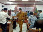 Usai rapat, Bupati Natuna berpamitan dengan anggota DPRD Natuna