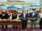 Gubernur Kepri, Ansar Ahmad dan Ketua DPRD Kepri, Jumaga Nadeak Saat Menandatangani Dokumen