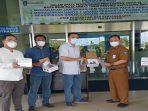 Rudy Chua Bersama Ketua ITM dan Taruna Bangsa Saat Menyerahkan Bantuan Alat Regulator Tabung Oksigen