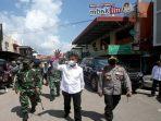 Wali Kota Batam, Muhammad Rudi Saat Melambaikan Tangan Hendak Menuju Lokasi Vaksinasi