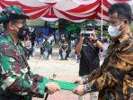 Wali Kota Batam Muhammad Rudi Saat Menyerahkan Naskah TMMD ke 112 Kepada Dandim 0316 Batam
