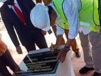 Wan Siswandi saat menandatangani prasasti peletakan batu pertama