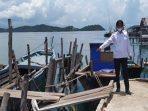 Salah Seorang Warga Saat Menunjuk Kerusakan Dermaga Tanjung Kelit