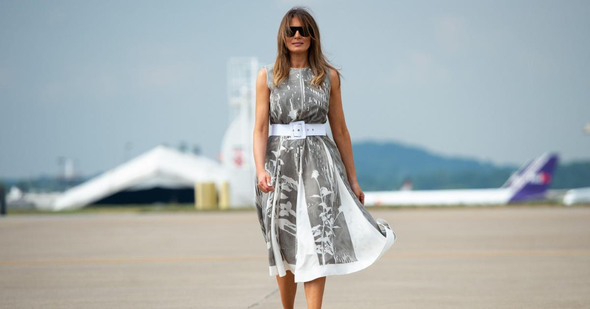 Oups: Melania Trump a eu un petit problème avec sa robe à cause du vent… (photos)