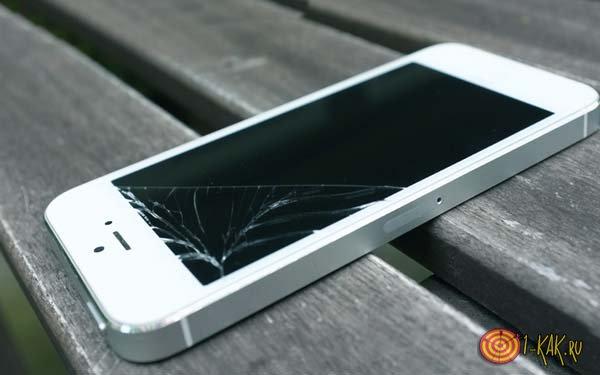 Поломанный iphone 5s на столе