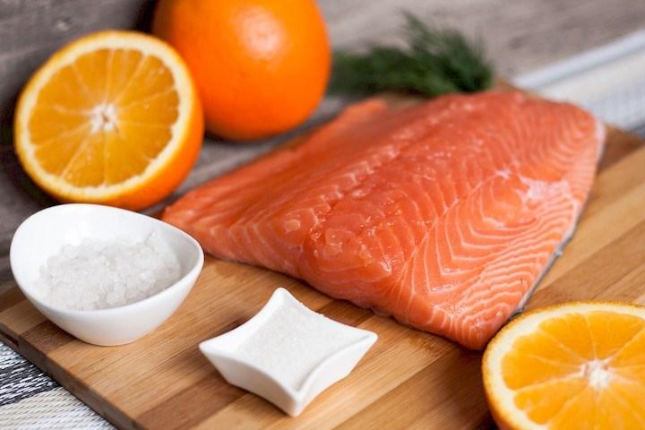 粉红色的鲑鱼食谱盐渍碎片