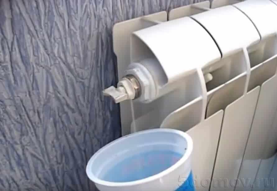 Слив воды с батареи | Как спустить воздух из радиатора отопления