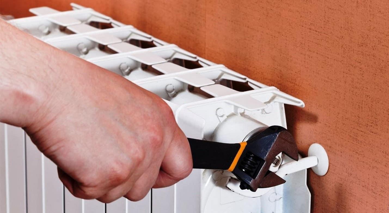 Как спустить воздух из радиатора отопления с краном Маевского