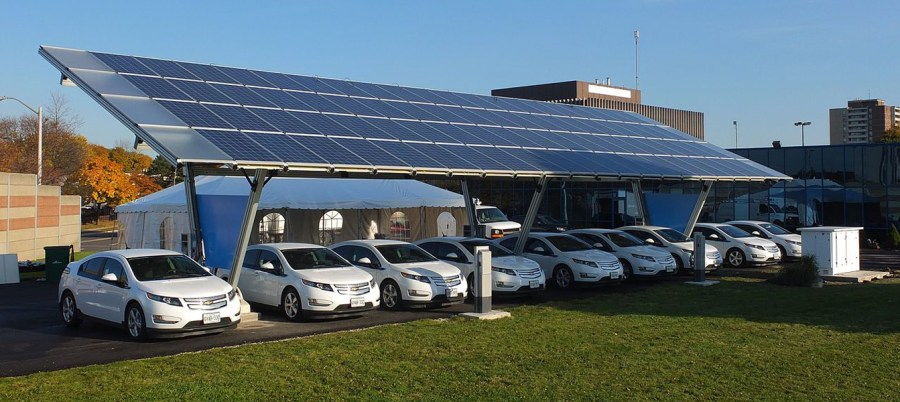 How Solar Energy Helps Fleets Get the Most Out of Electric Vehicles