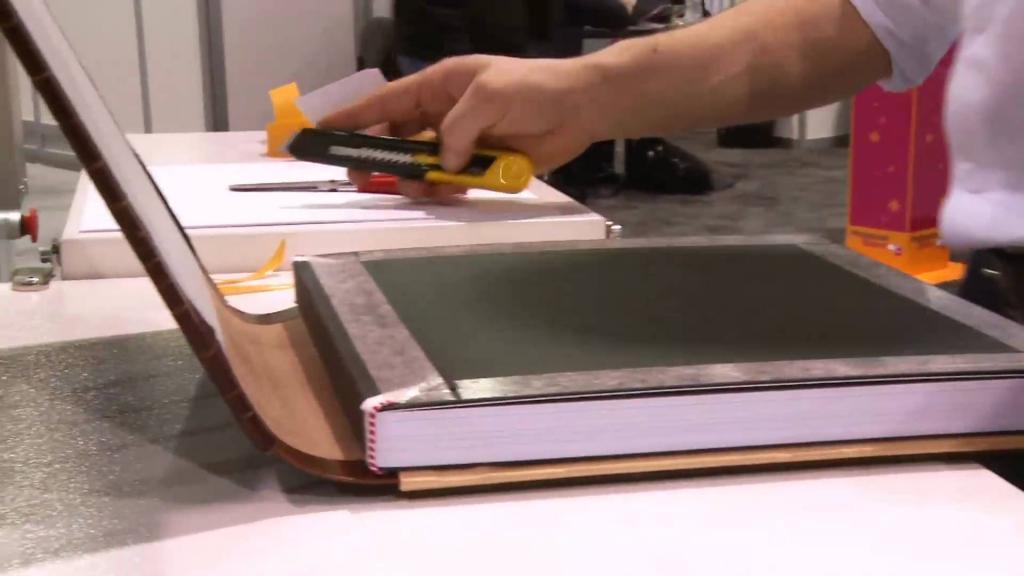 Ezután ragasztjuk az egéreket. Ha használta a szokásos irodai papír nyomtatási, majd kovácsműhelyeket, akkor kell használni, sűrű, 130 g / m2. Az úszók összekapcsolják a kötést és egy könyvblokkot.