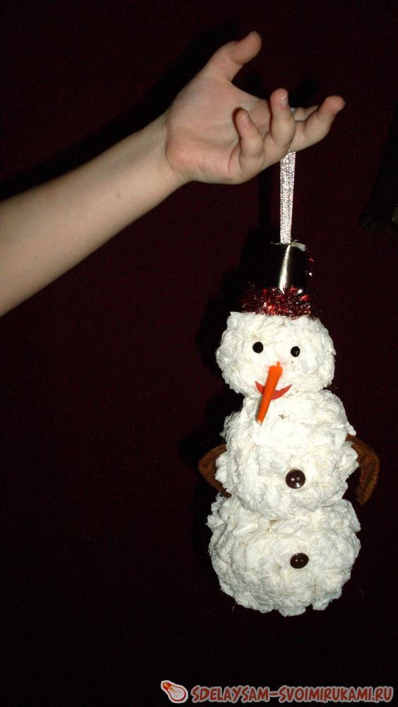 Nous sommes heureux d'un bonhomme de neige composé de serviettes de papier blanc ou de papier toilette.