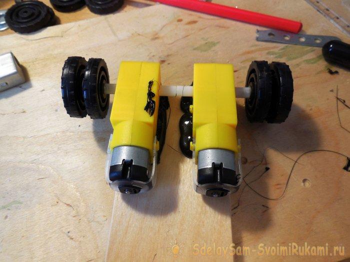 Моторы закрепляются на кусочке прочной фанеры