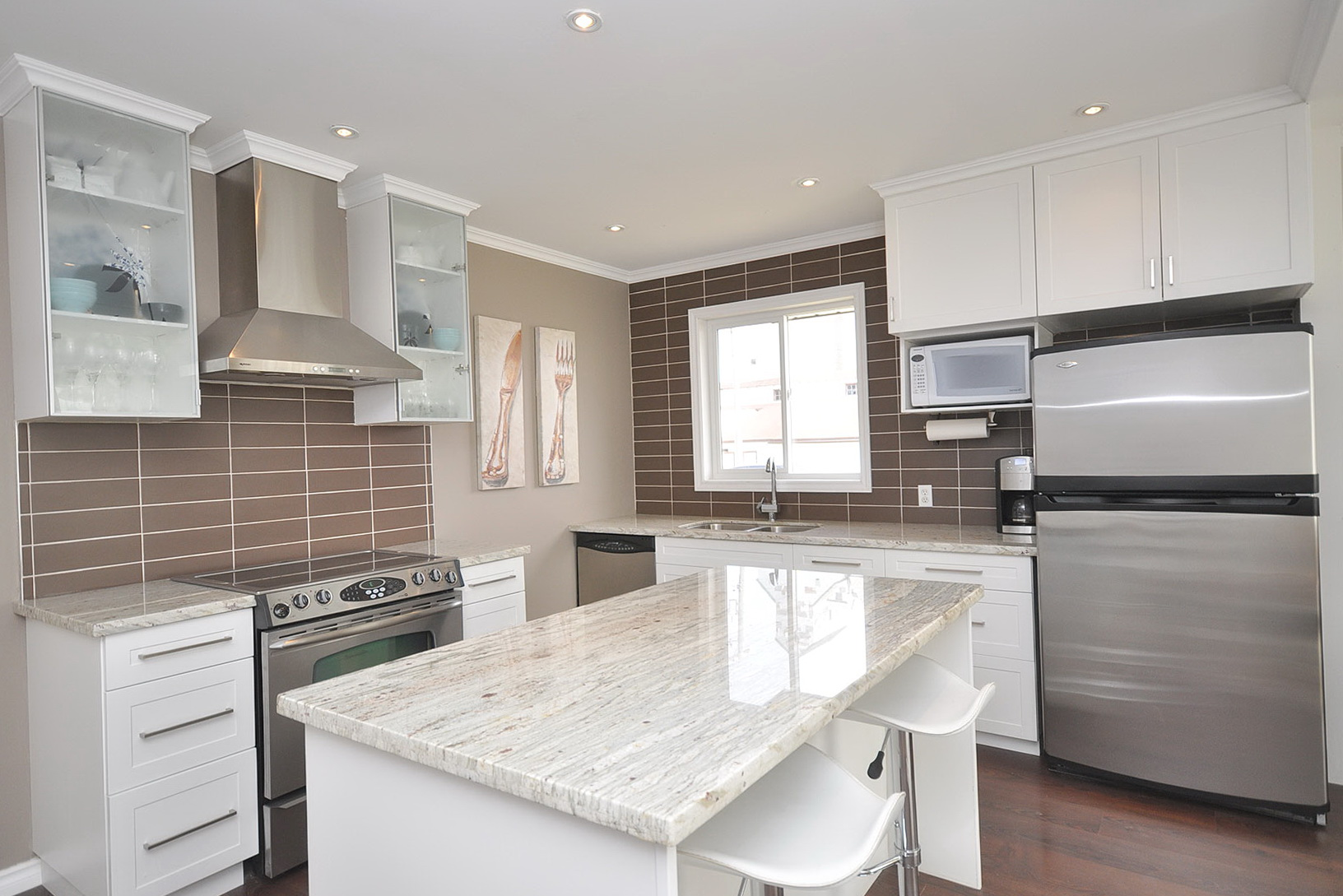 White Shaker Cabinets With Granite