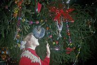 La ragazza sull'albero del nuovo anno che passa nella St. George Hall del Grand Kremlin Palace. 1967.