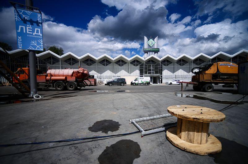 """मास्को में प्रदर्शनी केंद्र """"Sokolniki"""" की इमारत, जहां Covid-19 के रोगियों के लिए एक अस्थायी अस्पताल का निर्माण बनाया जा रहा है।"""