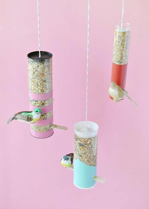 소나무 콘은 자연스럽게 강한 새롭고 신선한 아로마로 새를 끌어들입니다. 당신은 그들을 사용하여 배고픈 새를 수제 옥르 루시카에 유치 할 수 있습니다.