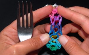 Paano mag-weave elastic bracelets.