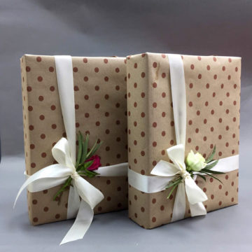 ของขวัญบรรจุสวยงามในการวางของขวัญด้วยมือของคุณเองในกระดาษบรรจุภัณฑ์