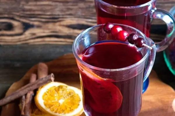 Svařené víno. Recept klasický nealkoholický, alkoholický, skořice, med, blaine